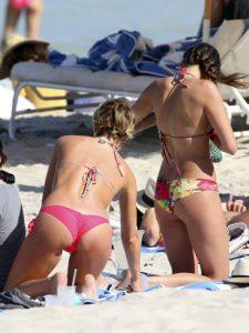 Джулианна Хаф фото на пляже в бикини